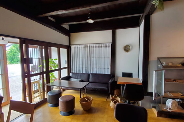 大分市中戸次本町HARIYO(ハリヨ)落ち着いた店内の様子 除菌100店舗計画SAKAI株式会社